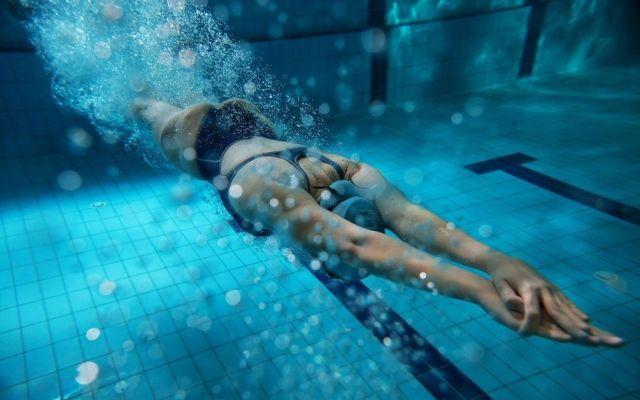 К чему снится плавать во сне в бассейне и плыть по поверхности воды