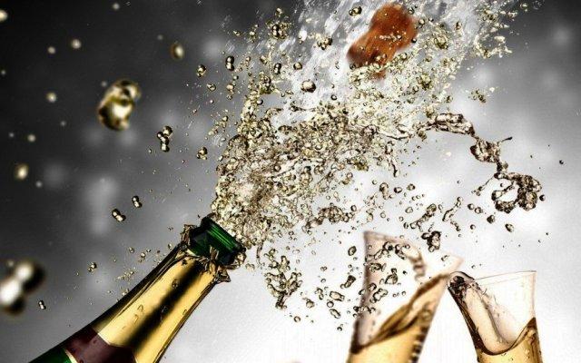 Сонник пить шампанское из бокалов в компании