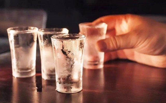 К чему снится пить водку во сне, трактовка популярных сонников