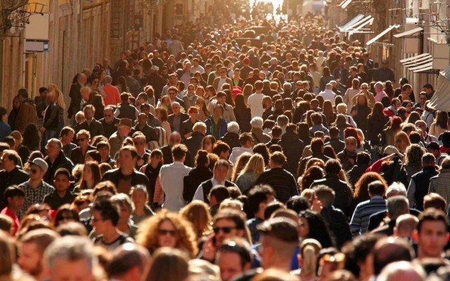 Видеть много людей на улице или в помещении значение сна по соннику