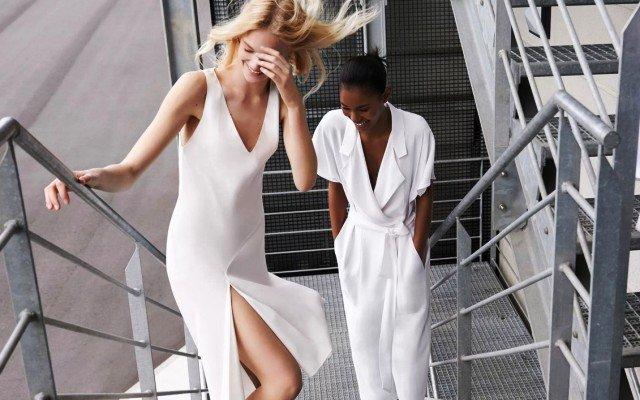 Видеть себя в белой одежде, видеть много одежды в магазине или грязной
